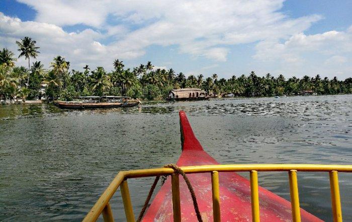 lago-barca-alleppey-india