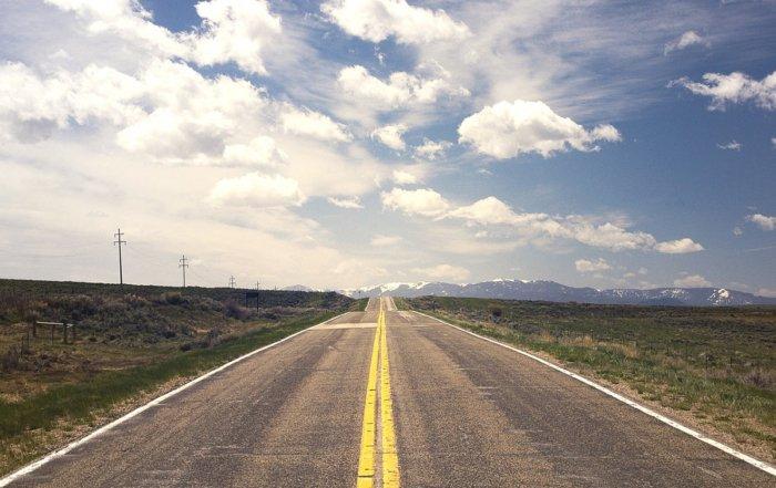 strada con montagne sullo sfondo