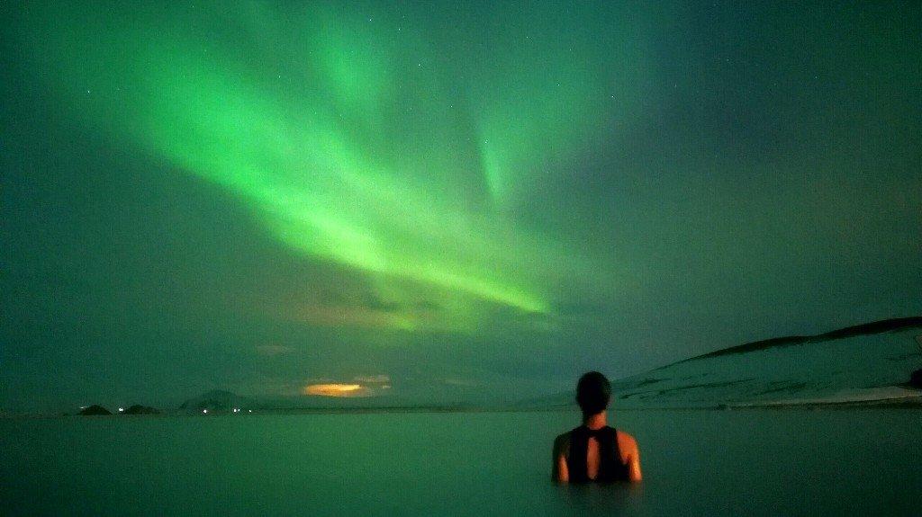 aurora ai bagni termali di Myvatn in Islanda